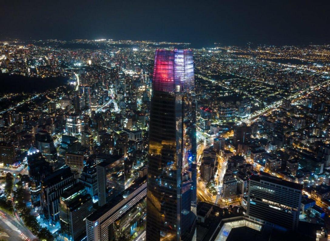 Najwyższy budynek w Chile i zarazem Ameryce Południowej - Torre Costanera w biało-czerwonych barwach