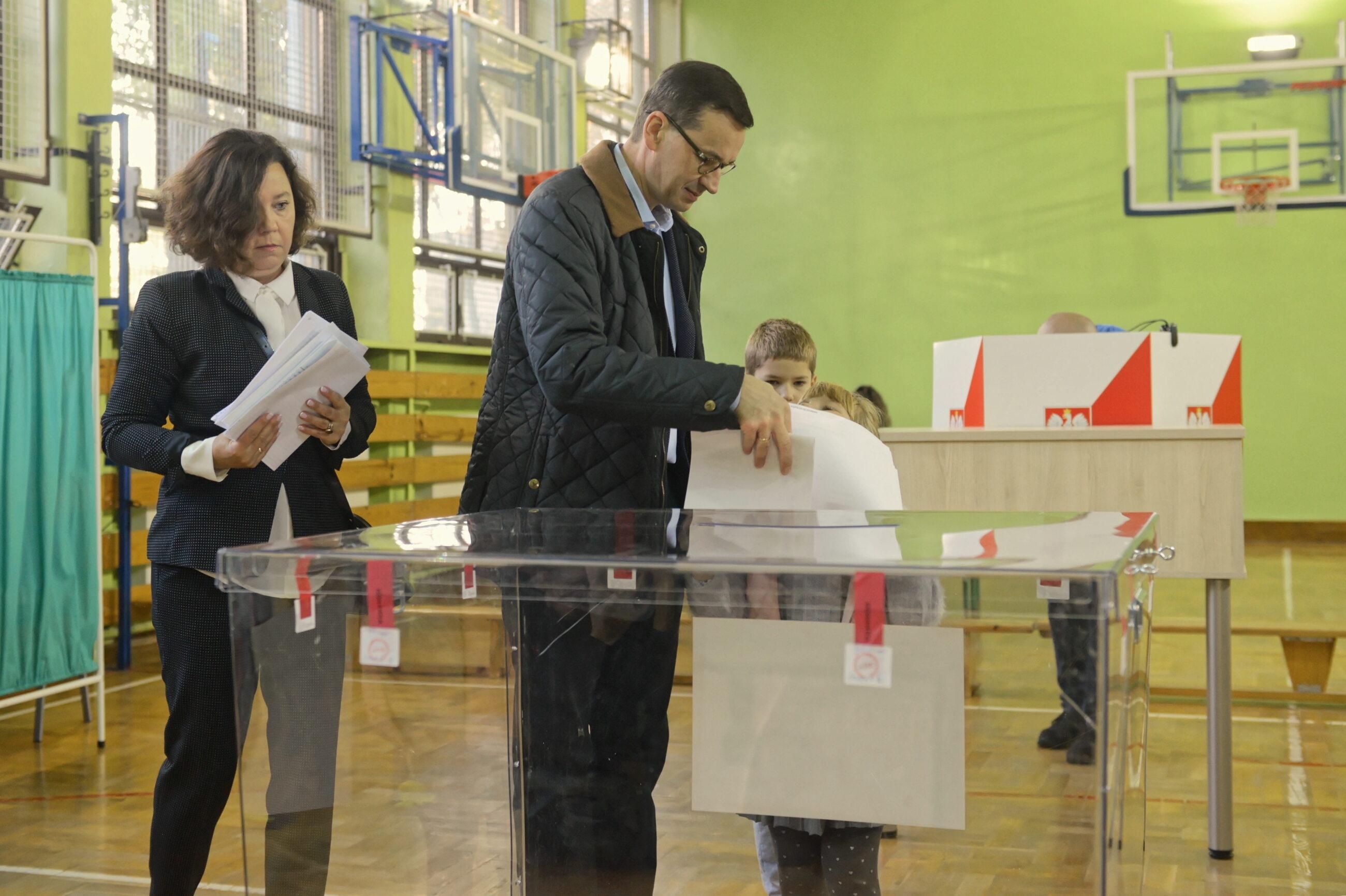 Premier Mateusz Morawiecki z rodziną na głosowaniu