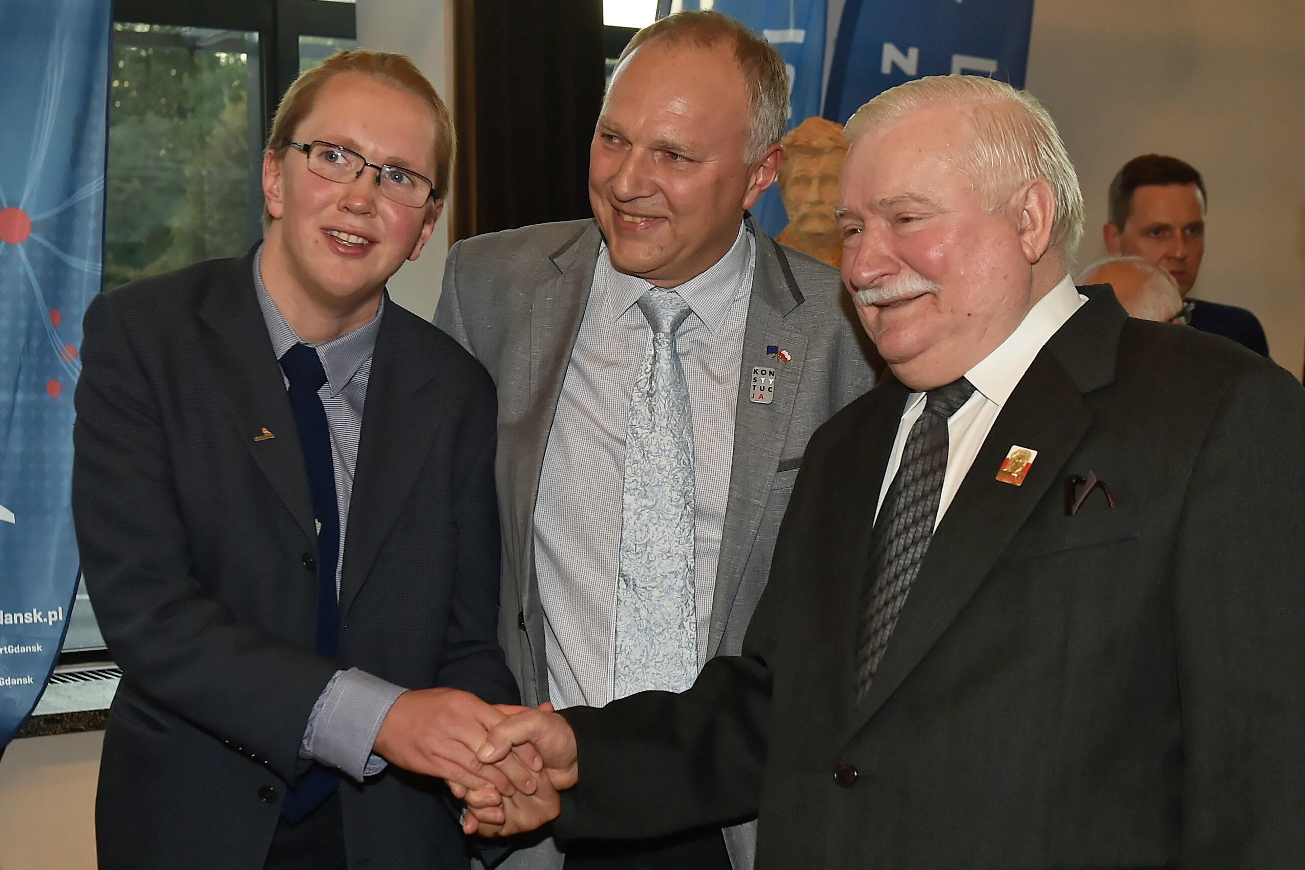 Lech Wałęsa (P) i Jarosław Kurski (C) z synem (P)