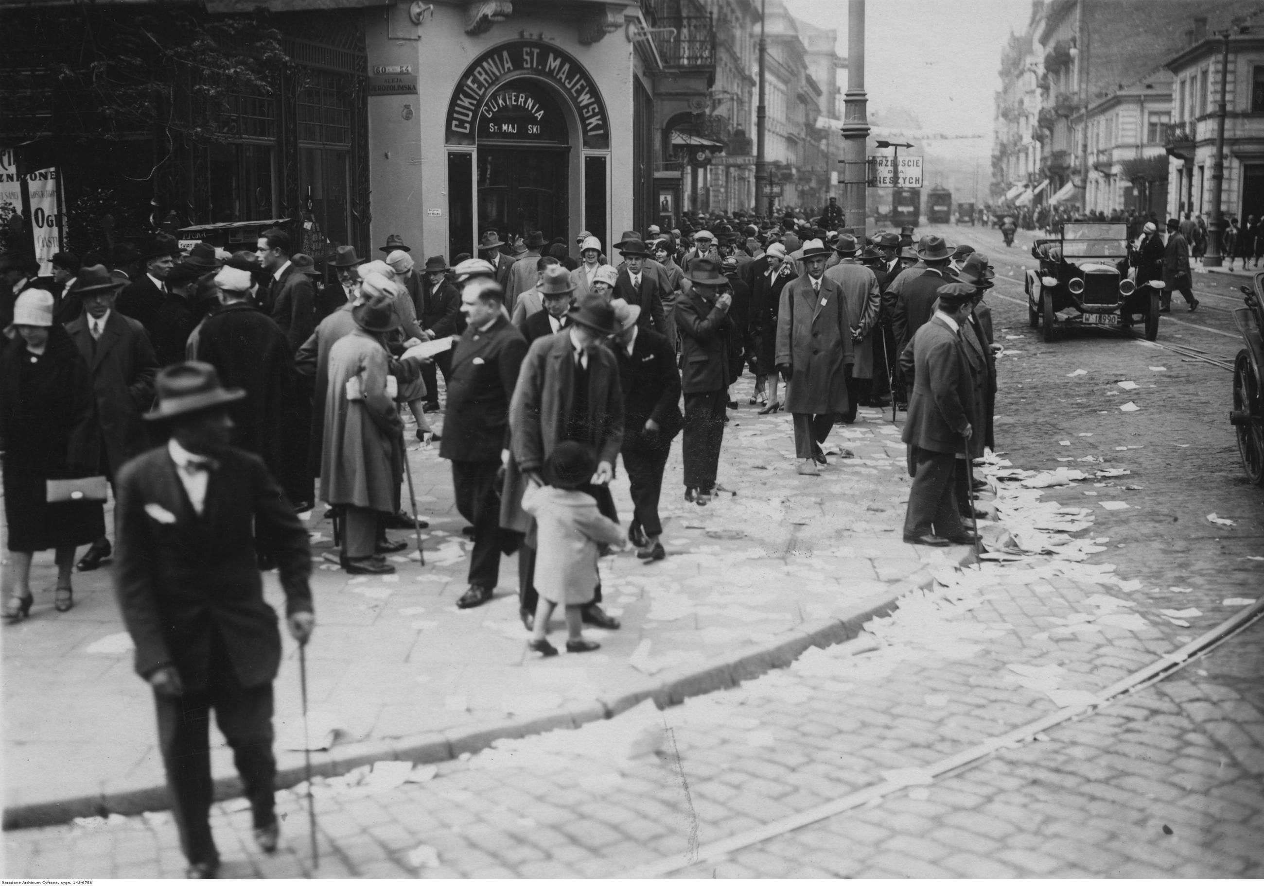 Warszawa W latach 30. Warszawa była siódmym pod względem liczby ludności miastem Europy. Wyprzedzała m.in. Rzym i Madryt. W Europie Środkowo-Wschodniej była to druga największa metropolia po Wiedniu. W Warszawie żyła druga co do wielkości społeczność żydowska na świecie. Więcej Żydów mieszkało tylko w Nowym Jorku. Po wojnie odbudowa miasta trwała całe dekady. Przedwojenną liczbę ludności stolica osiągnęła dopiero na przełomie lat 60. i 70. Liczba ludności w 1939 r.: 1,289 mln, obecnie: 1,754 mln. Na zdjęciu: Ulica Nowy Świat u zbiegu z alejami Jerozolimskimi.