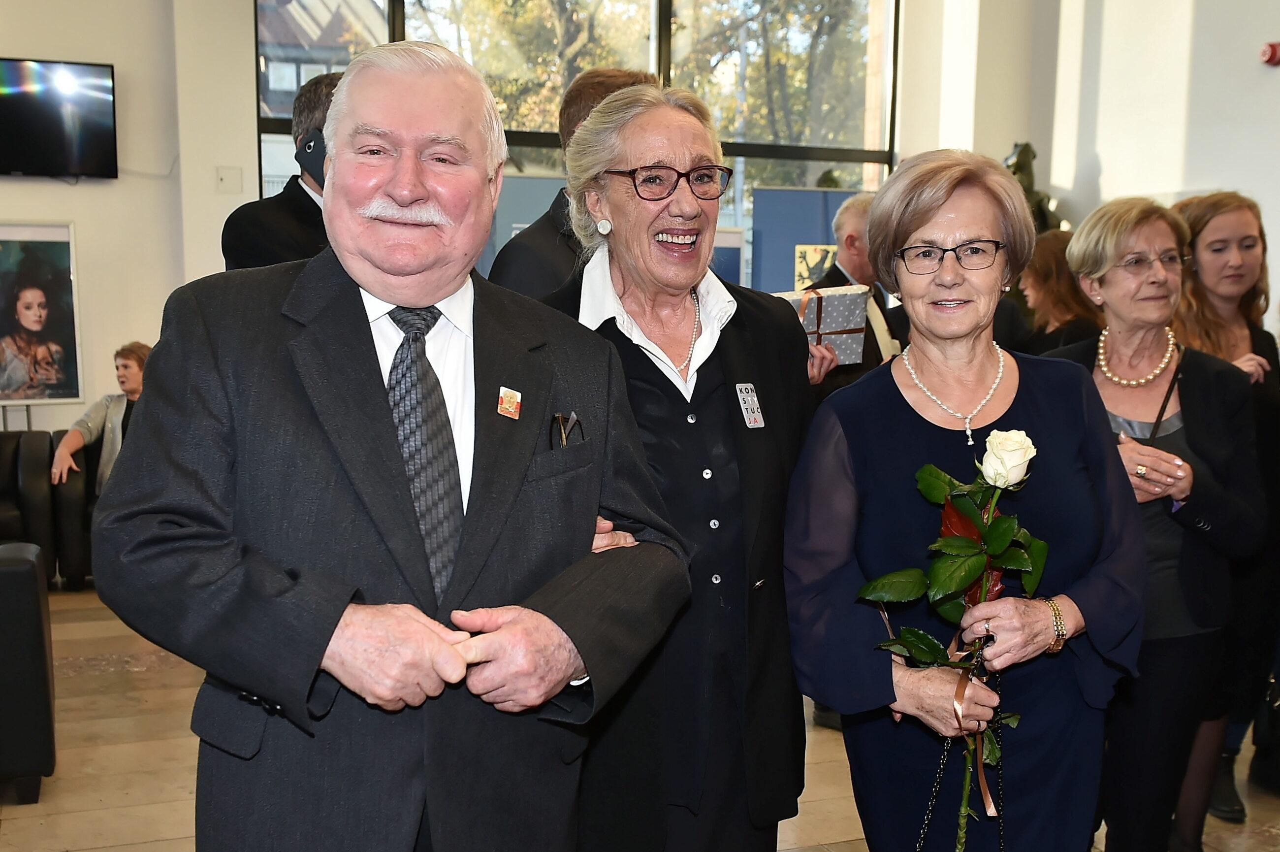 Lech Wałęsa (L) z żoną Danutą (3L) i aktorka Maja Komorowska (2L)